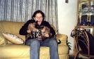 Ana com seus gatos Juju e Ali.